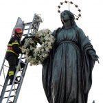 Plac Hiszpański w Rzymie - zakładanie wieńca na rękę Madonny