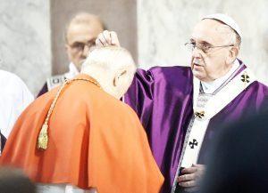 Rzym - Środa Popielcowa - papież Franciszek posypuje głowy popiołem